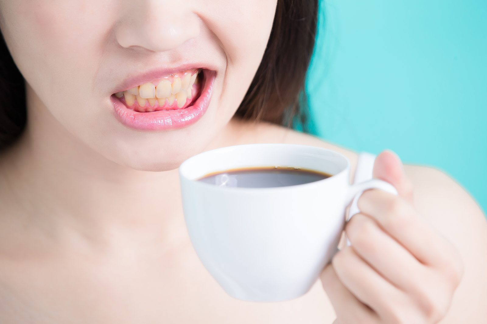 The coffee turns the woman teeth yellow
